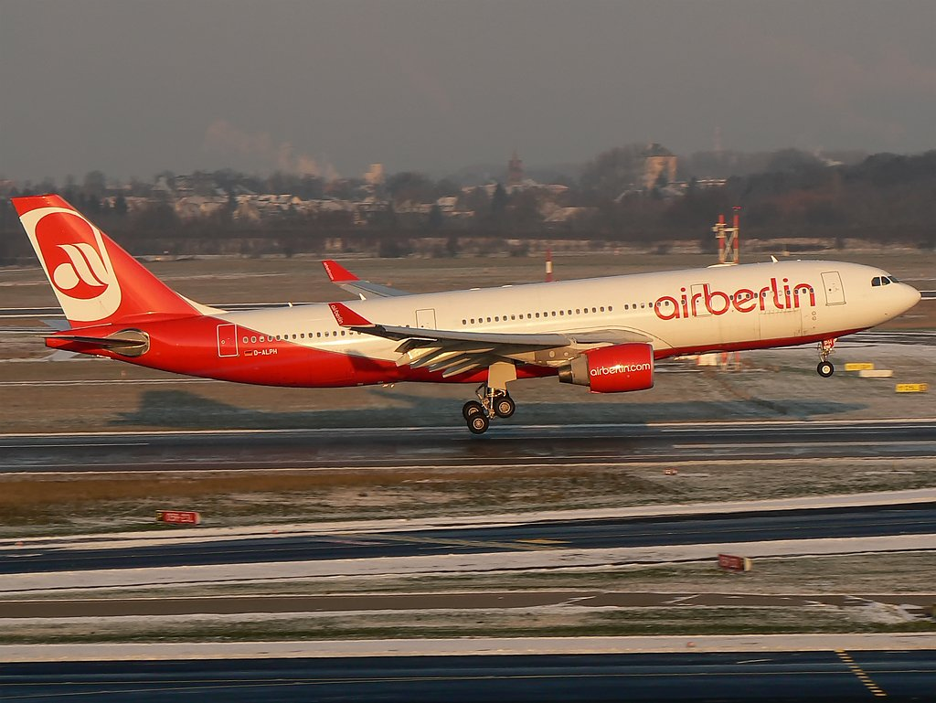 Air Berlin , A330-200 D-ALPH im final der RWY05R in DUS am 19.12.09