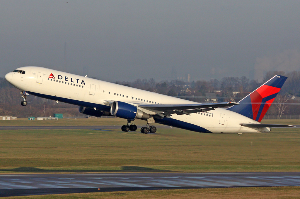 Delta Air Lines Boeing 767-3P6(ER N1501P in DUS am 27.01.2012