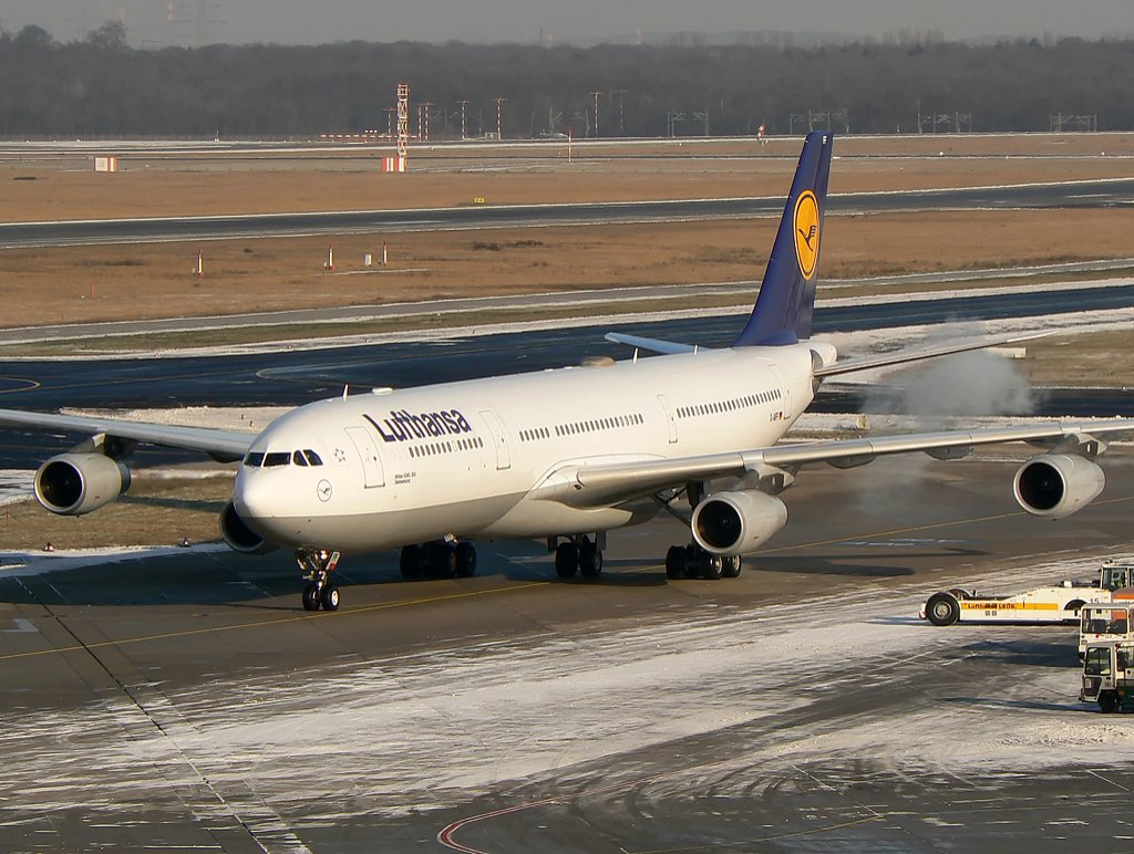 Lufthansa Airbus A340-313X D-AIFF, nachdem pushback und engine start up , DUS am 19.12.09